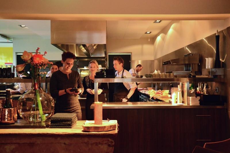 serveren van de gerechten vanuit de keuken